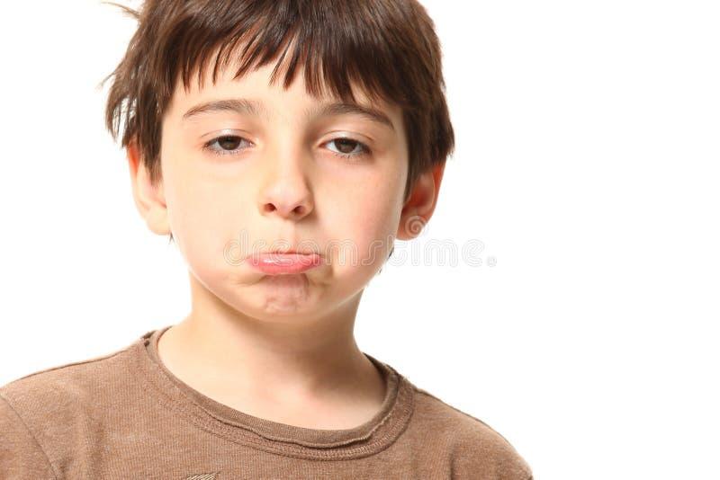 Garçon de sept ans semblant triste photos libres de droits