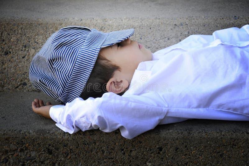 Garçon de sommeil image stock