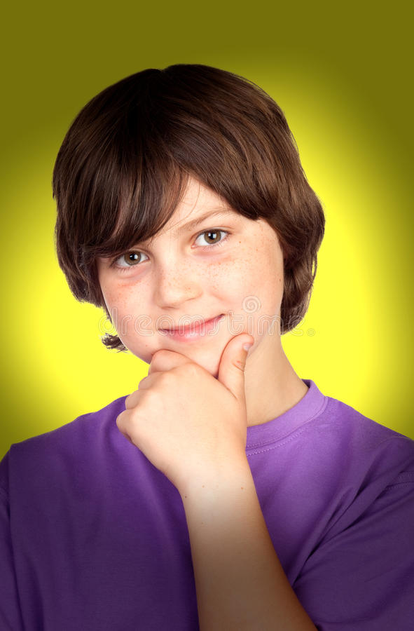 Garçon de sourire avec la main sur son menton photos stock