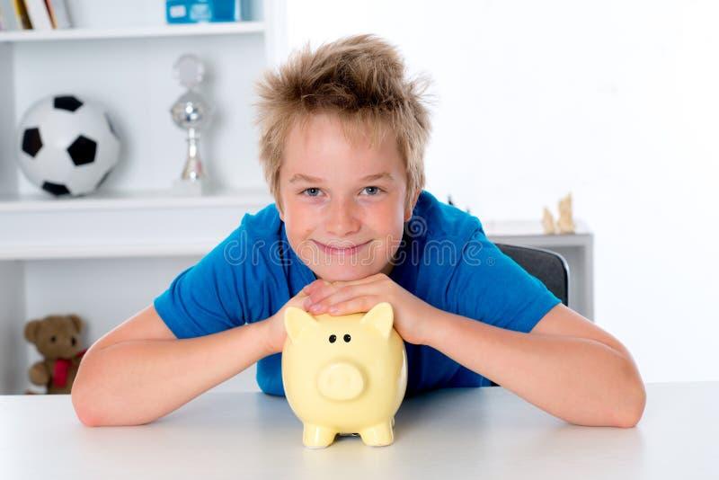 Garçon de sourire avec la porcin-banque images stock