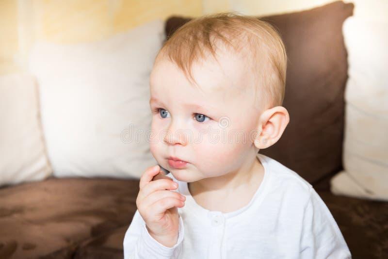 Garçon de sourire d'enfant mangeant du chocolat savoureux photos stock