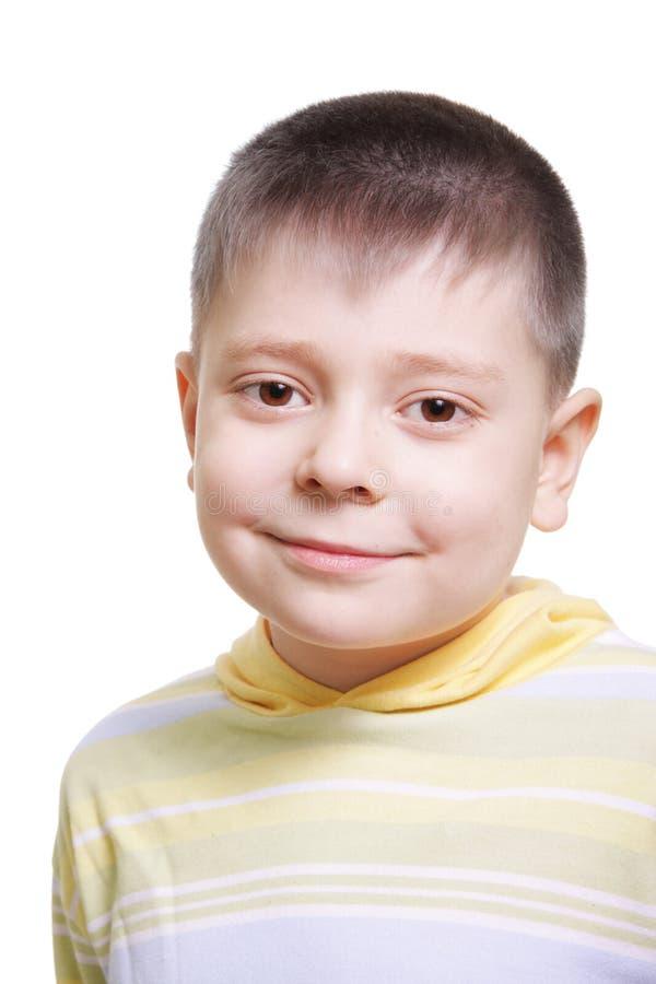 Garçon de sourire dans le chandail rayé jaune photos stock