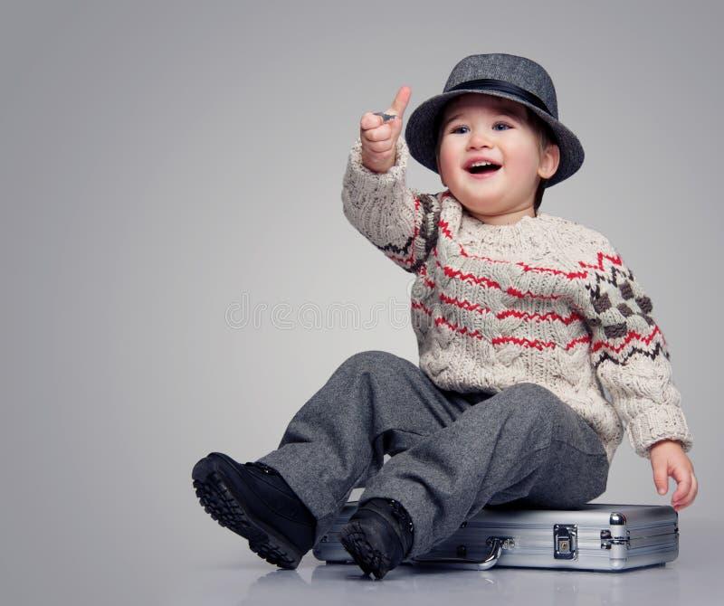 Garçon de sourire dans le chapeau photos libres de droits