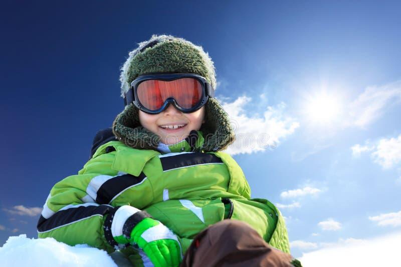 Garçon de sourire dans le vêtement hivernal images libres de droits