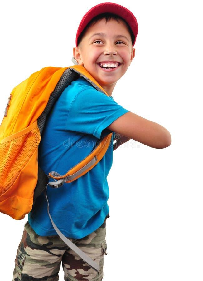 Garçon de sourire heureux avec le sac à dos d'isolement au-dessus du blanc photographie stock