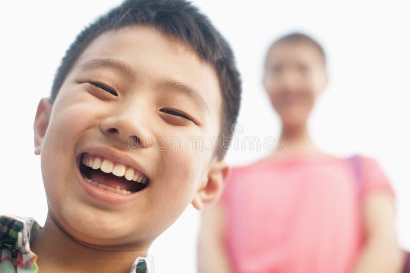 garçon de sourire, portrait, en gros plan et regardant l'appareil-photo image libre de droits