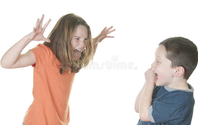 Garçon de taquinerie de jeune fille image stock