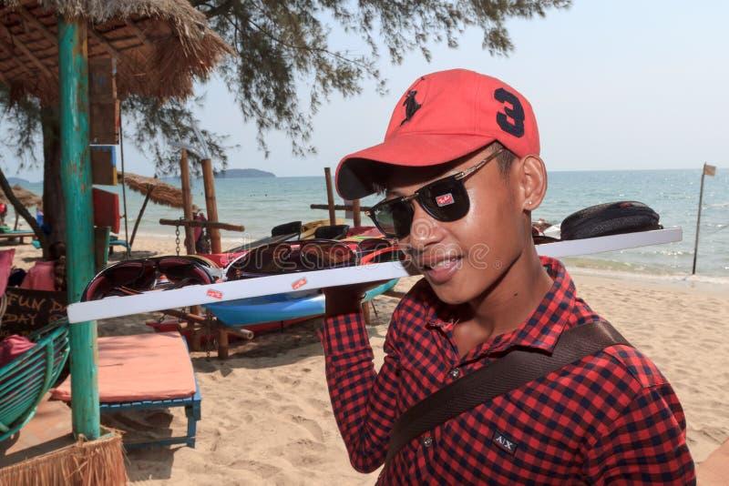 Garçon de vendeur de plage des lunettes de soleil sur le littoral image libre de droits