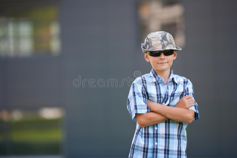 Garçon dernier cri avec le chapeau et les lunettes de soleil photo libre de droits