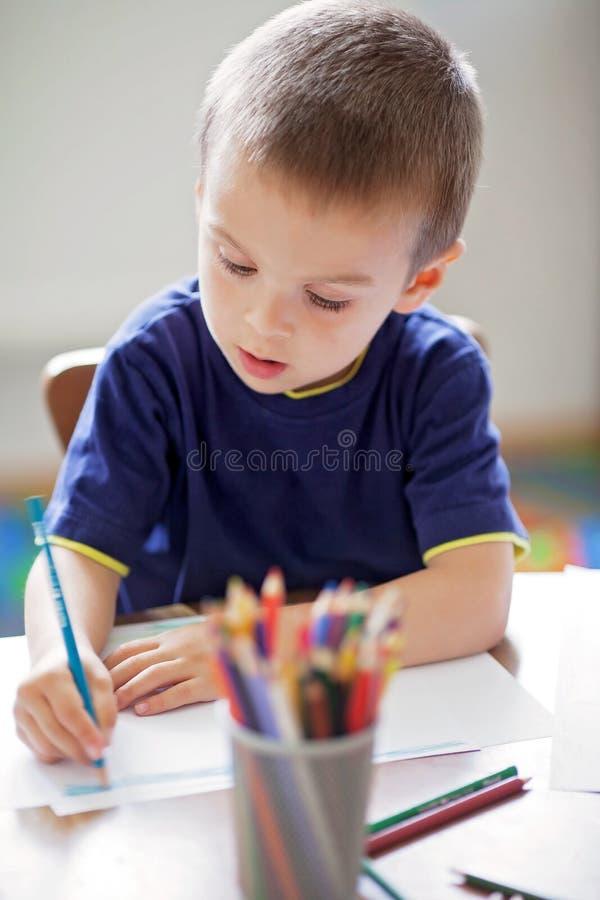 Garçon, dessinant une photo pour le jour de pères image stock