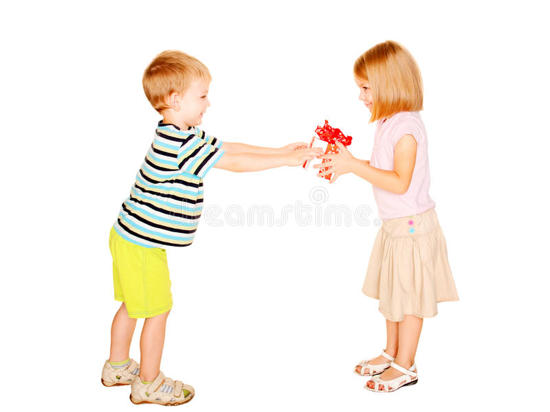 Garçon donnant dans le boîte-cadeau de fille image stock