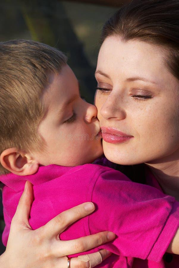 Garçon embrassant sa mère photos libres de droits