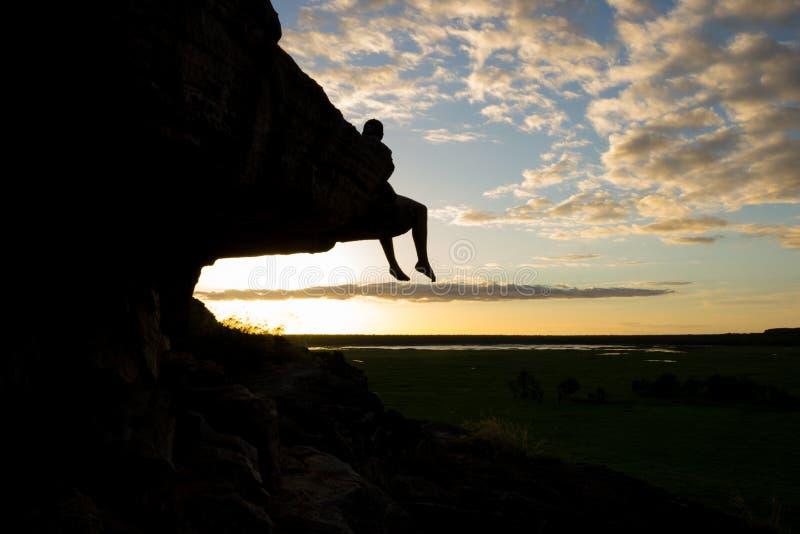 Garçon en silhouette sur la montagne images stock