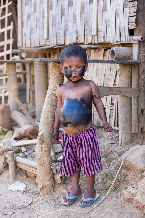Garçon encrassé de portrait pauvre Mrauk U, Myanmar photographie stock