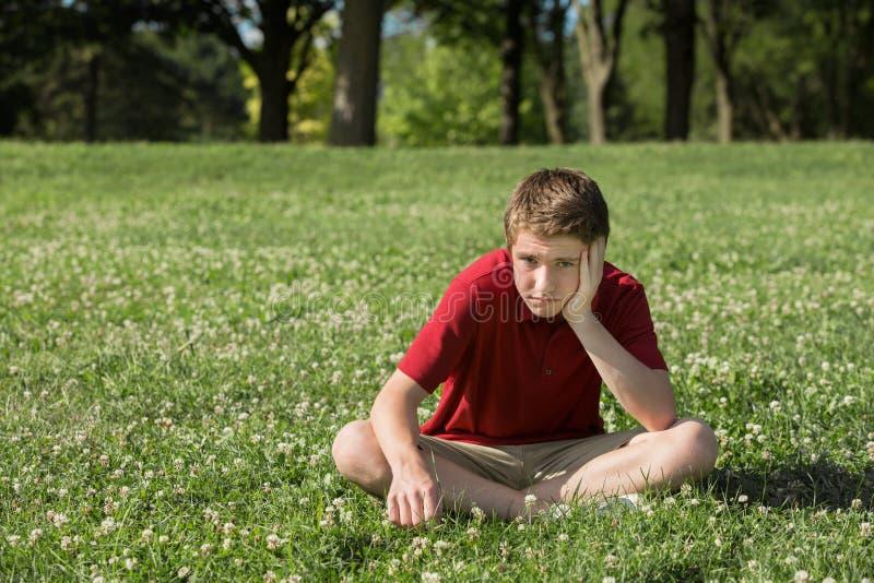 garçon ennuyé de l'adolescence image libre de droits