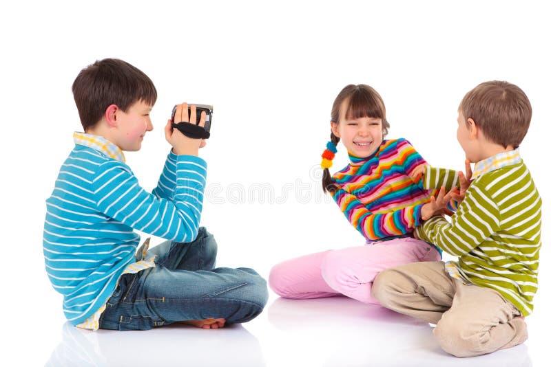 Garçon enregistrant le jeu en vidéo de gosses photo stock