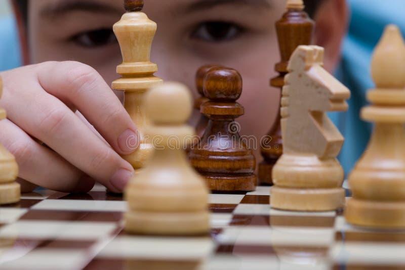 Garçon et échecs d'enfant photographie stock libre de droits