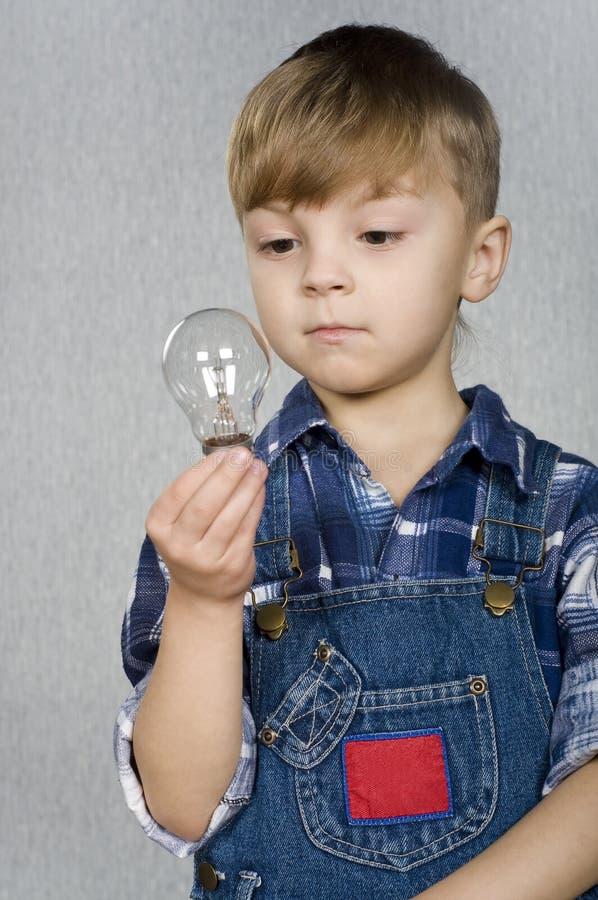 Garçon et ampoule image stock