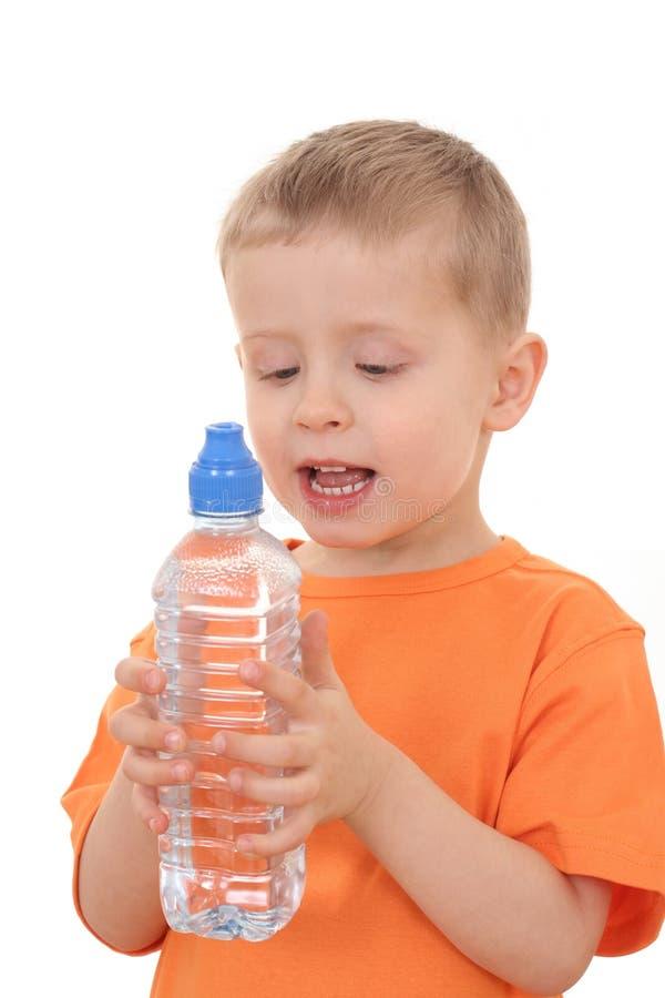 Garçon et bouteille de l'eau image stock