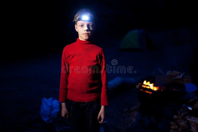Garçon et camp de nuit photographie stock libre de droits