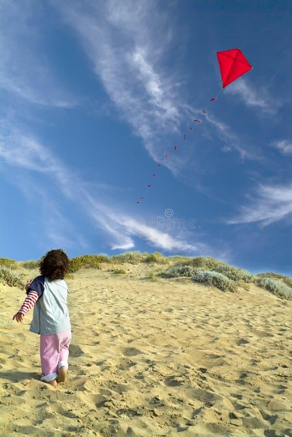 Garçon et cerf-volant rouge image stock