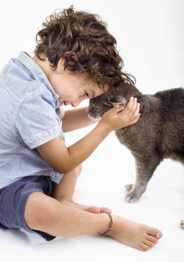 Garçon et chat photos libres de droits