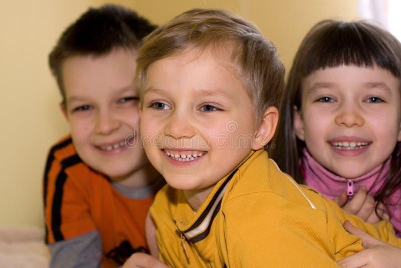 Garçon et enfants de mêmes parents heureux photographie stock