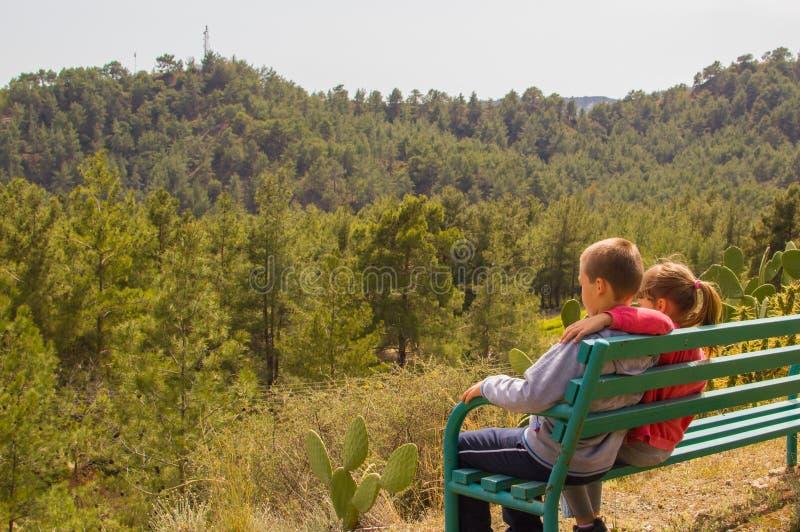 Garçon et fille appréciant ensemble la vue photo libre de droits