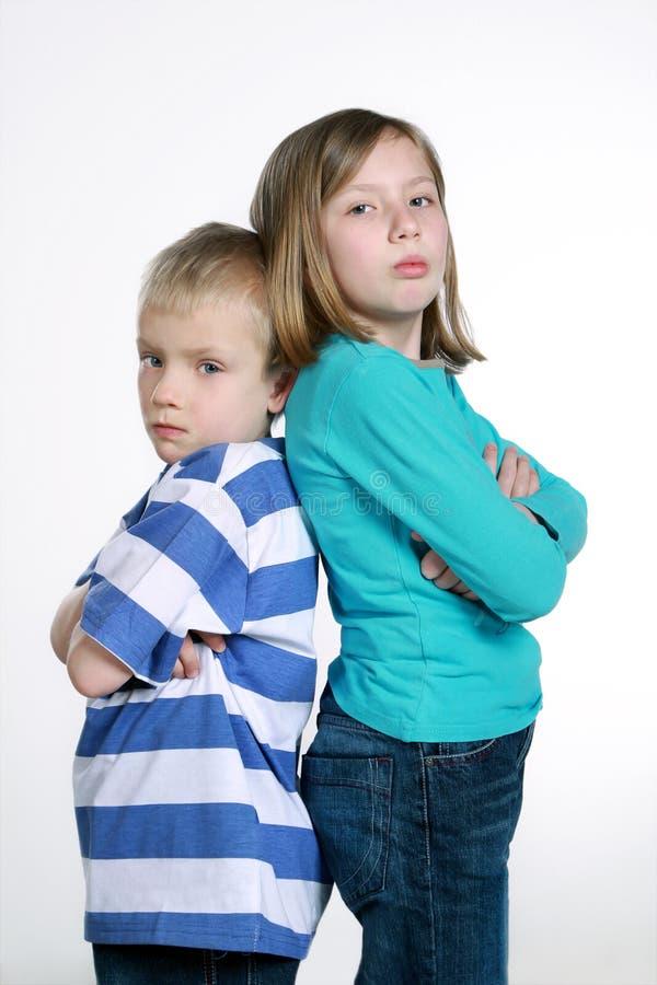 Garçon et fille après querelle images stock