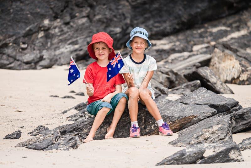 Garçon et fille avec le drapeau de l'Australie photos stock