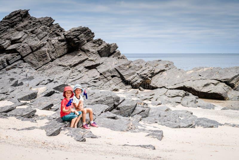 Garçon et fille avec le drapeau de l'Australie photographie stock libre de droits