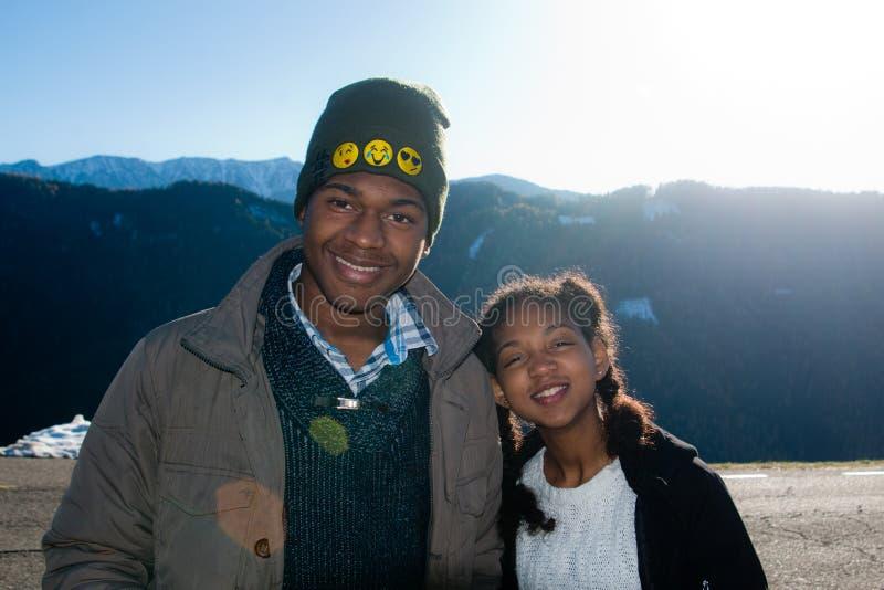 Garçon et fille d'afro-américain des vacances dans les montagnes photographie stock