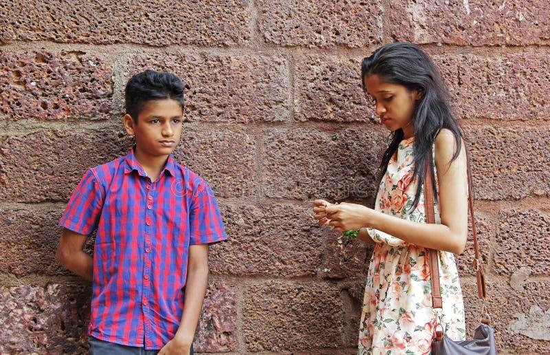 Garçon et fille dans l'humeur de renversement images libres de droits