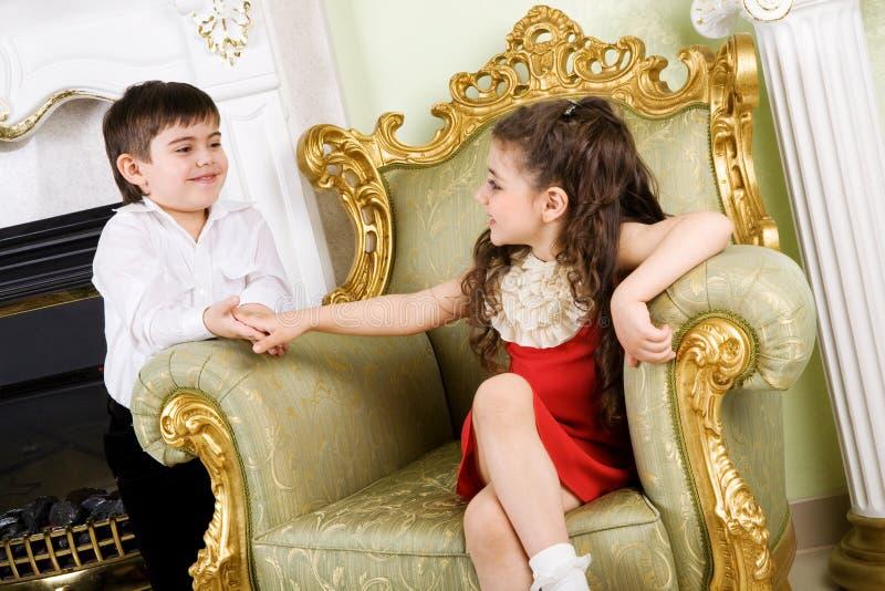 Garçon et fille dans la chambre photo libre de droits