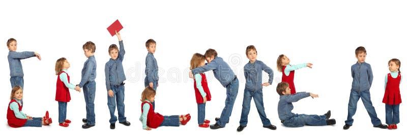 Garçon et fille effectuant à mot ENFANTS le collage photo stock