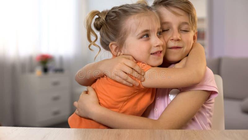Garçon et fille embrassant, bons amis, premières relations d'amour, tendresse photographie stock libre de droits