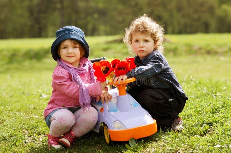 Garçon et fille mignons la datte photos libres de droits