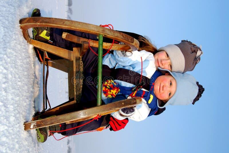 garçon et fille sur un traîneau image libre de droits