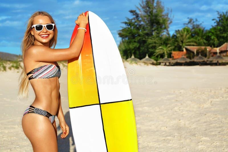 Garçon et filles s'asseyant sur le bureau surfant et le regard sur la mer bleue Activité sportive de loisirs Surfer Femme avec la photographie stock