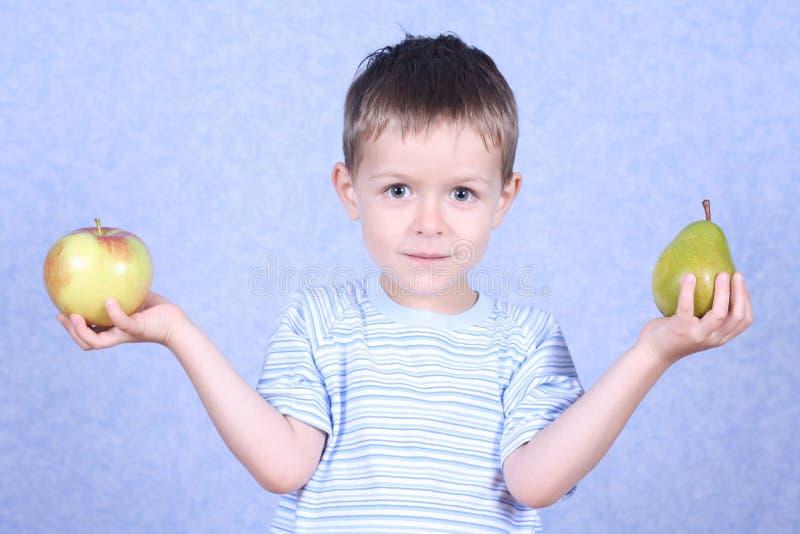 Garçon et fruits photo stock
