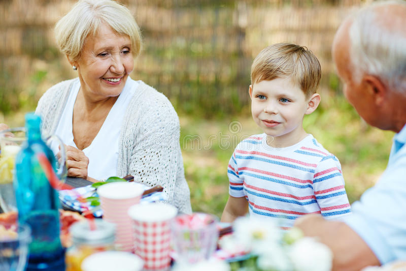 Garçon et grands-parents photos stock