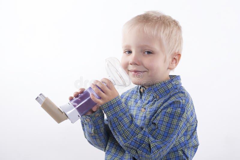 Garçon et inhalateur d'asthme photo libre de droits