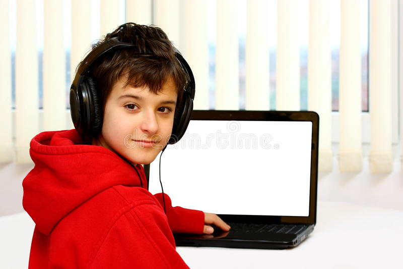 Garçon et ordinateur portatif - ordinateur image stock