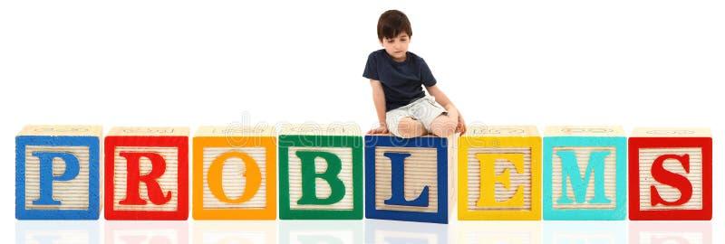 Garçon et PROBLÈMES de blocs d'alphabet photo stock