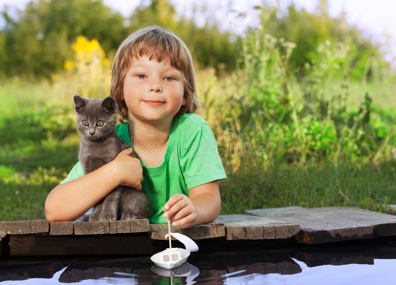 Garçon et son chaton aimé photographie stock libre de droits