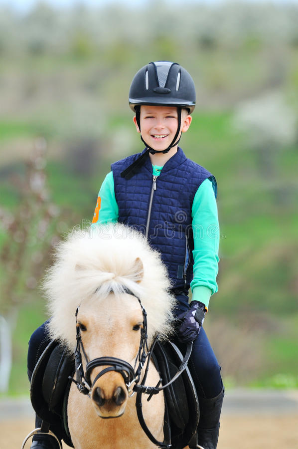 Garçon et son poney de Shetland photographie stock