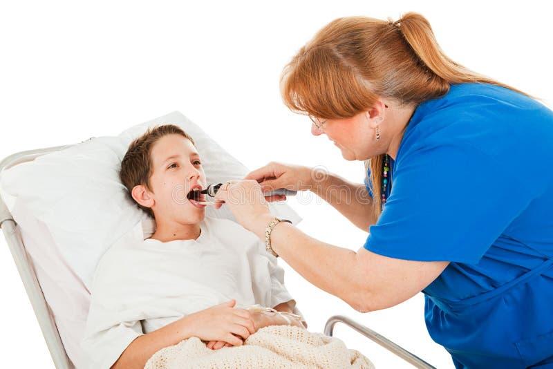 garçon examinant peu infirmière images libres de droits