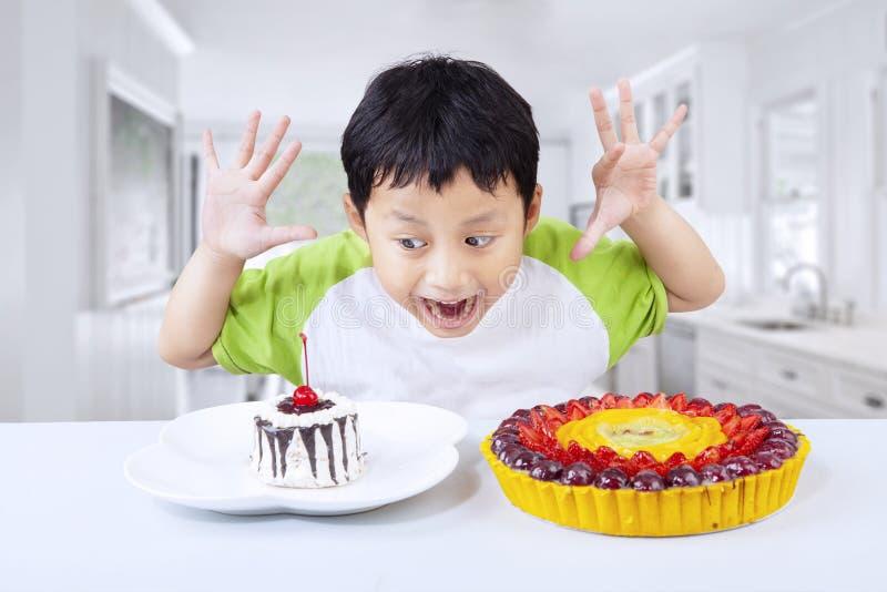 Garçon Excited mangeant le dessert à la maison photo stock
