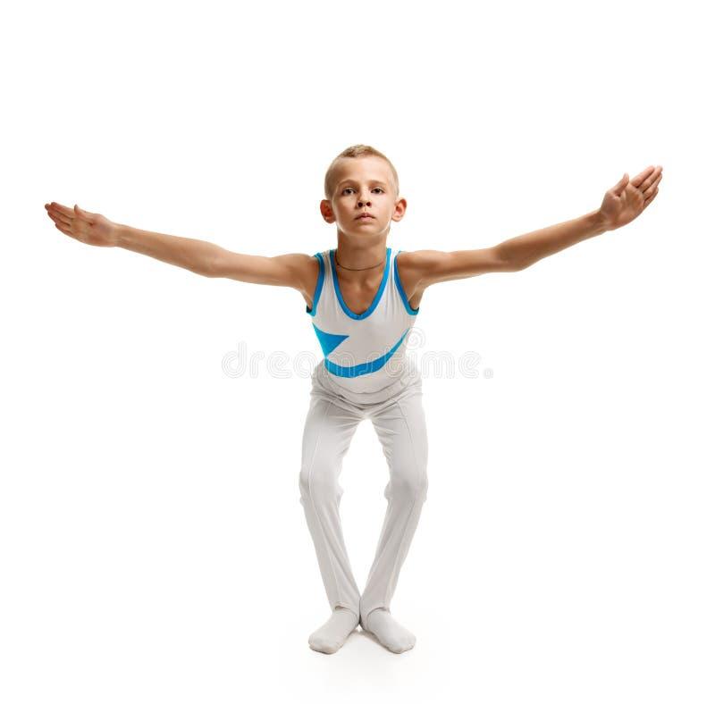 Garçon faisant la gymnastique photo stock