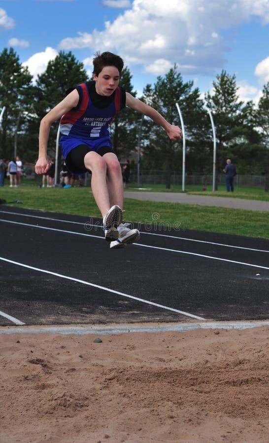 garçon faisant le triple de l'adolescence de saut photos libres de droits